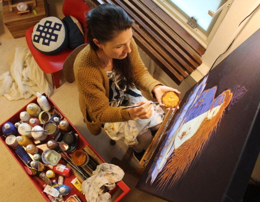 Marije van Atelier Aandacht schildert aan Ardhaneswara