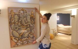 Marije hangt de Ganesha art print op
