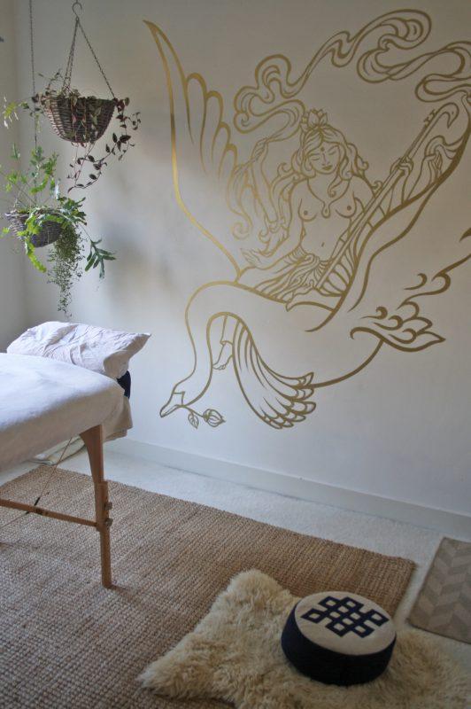 Muurschildering in een massage praktijk - van de godin Saraswati - door Atelier Aandacht
