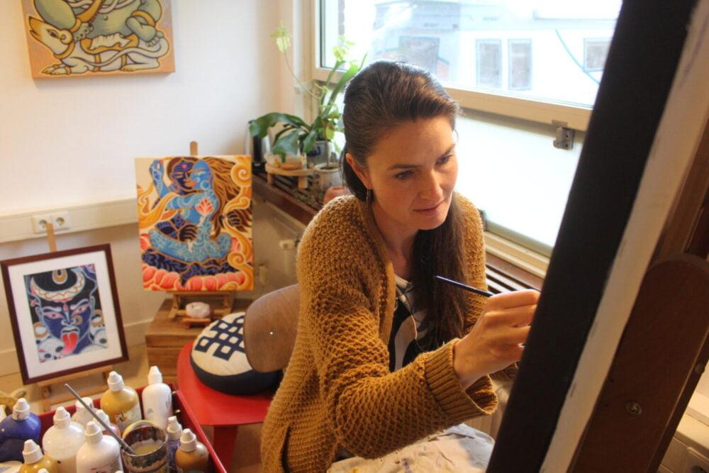 Marije schildert in haar atelier